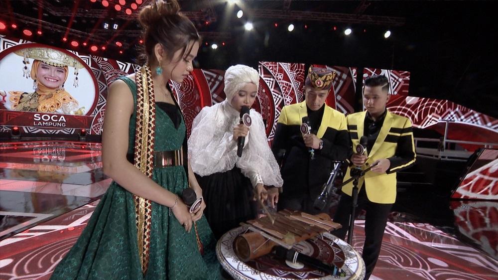 Soca (Lampung) Tampilkan Kemampuannya Memainkan Alat Musik Tradisional Gamolan Pekhing