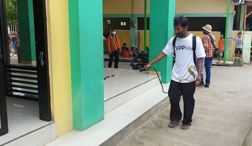 Kegiatan Penyemprotan Disinfektan Oleh Tim YPP Dimasjid-masjid Sekitar Kampung Jati, Jatimulya Bekasi.