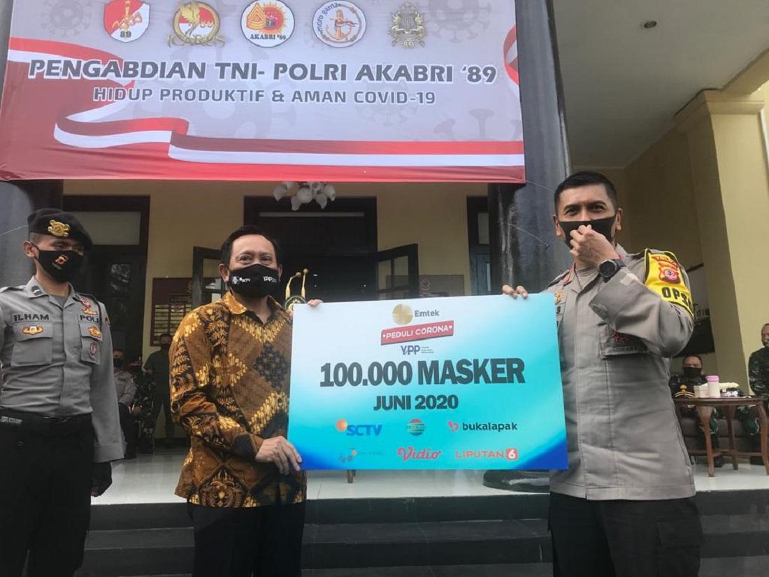 Ketua Umum YPP yang juga Direktur Utama Indosiar Bapak Imam Sudjarwo Secara Simbolis Menyerahkan Donasi Sebanyak 100.000 Masker Kepada Kapolda Jawa Barat Irjen. Pol. Rudy Sufahriadi