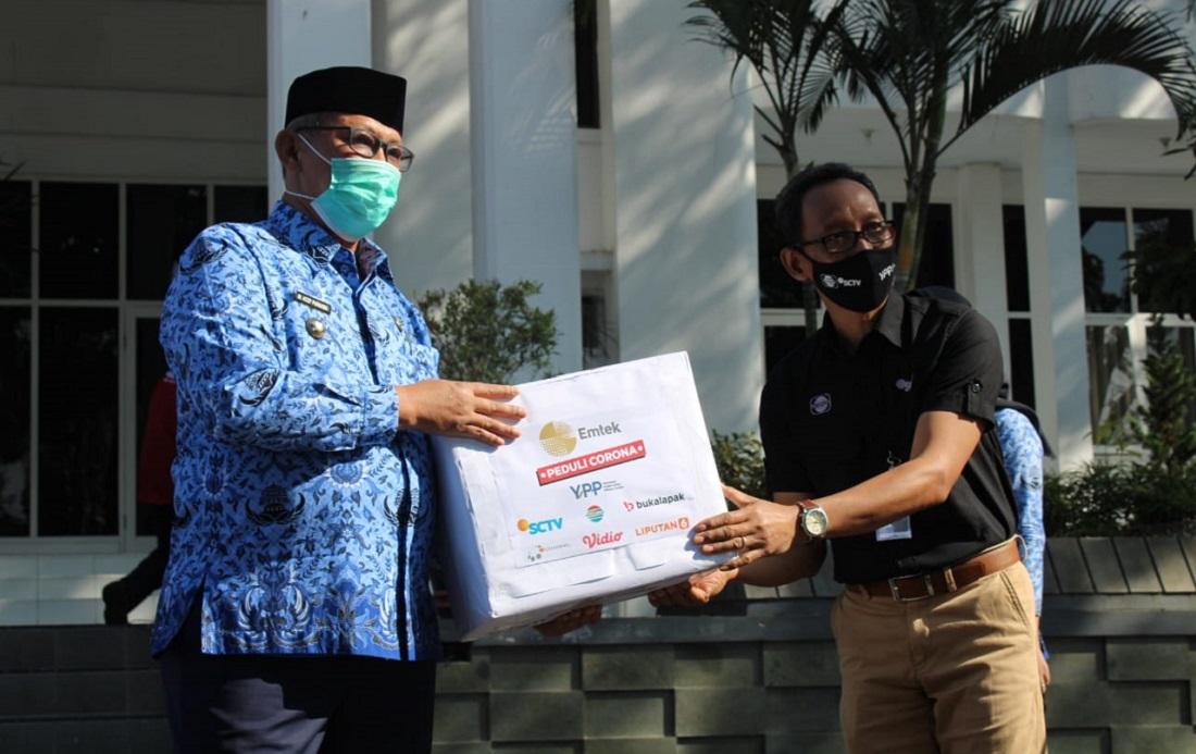 Bapak H. Acep Purnama – Bupati Kabupaten Kuningan Secara Simbolik Menerima Bantuan EMTEK Peduli Corona yang diserahkan oleh YPP