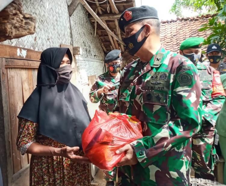 Brigjend TNI Jhonny Djamaris selaku Kepala Pusat Pengkajian Strategi (Pusjianstra) TNI Salurkan Langsung Bantuan Kepada Masyarakat