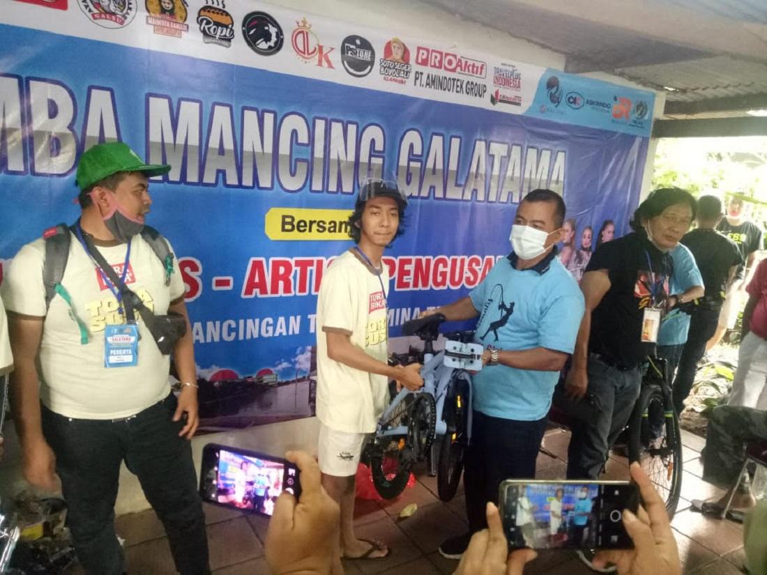 Sayid Iskandar serahkan hadiah sepeda lipat kepada Mikhail pemenang untuk kategori ikan terbanyak