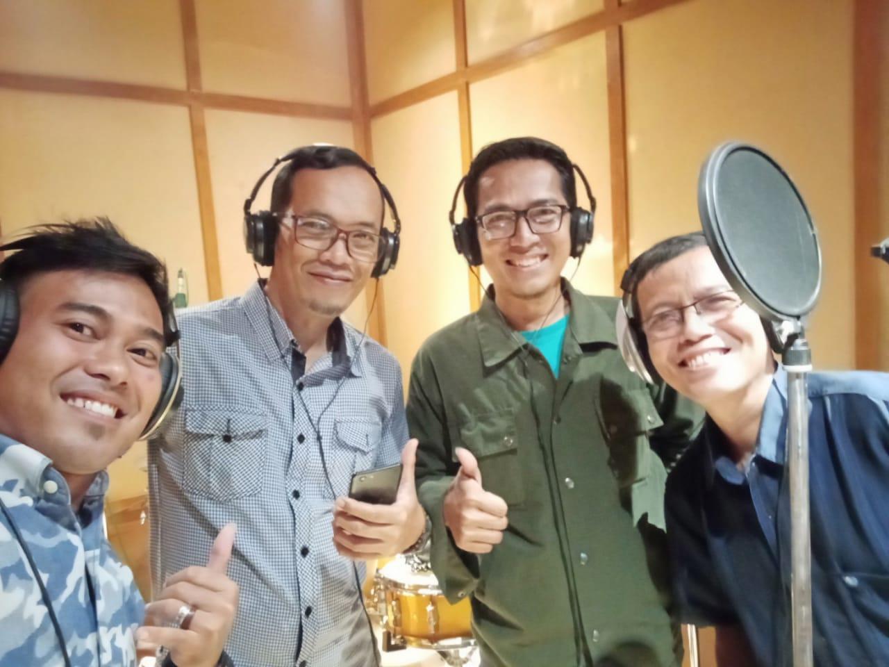 Rekaman lagu di studio
